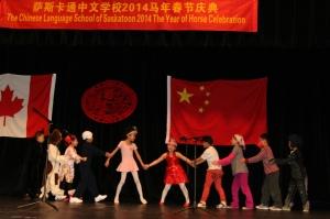 7.三年级表演的音乐剧《拔萝卜》