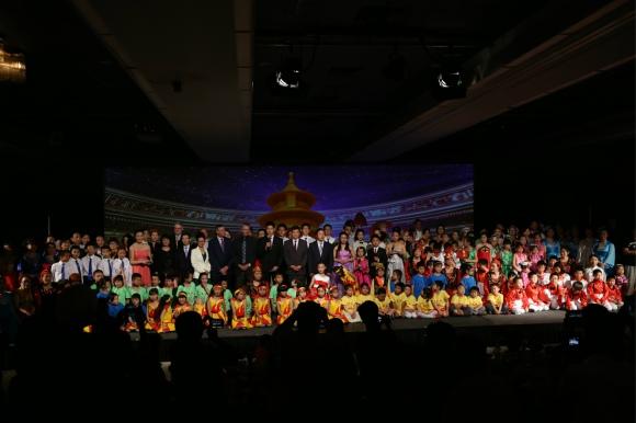 晚会圆满结束-全体嘉宾、学生、家长演员们合影!